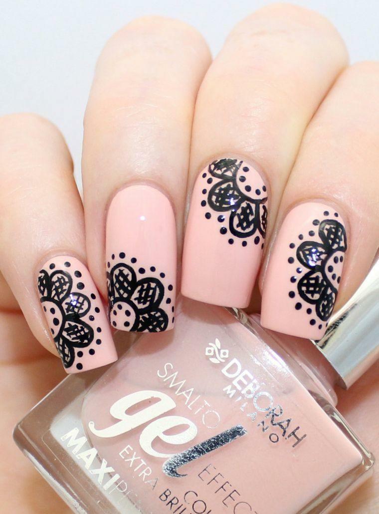 Nail art di colore nero effetto pizzo su una base di colore rosa mat