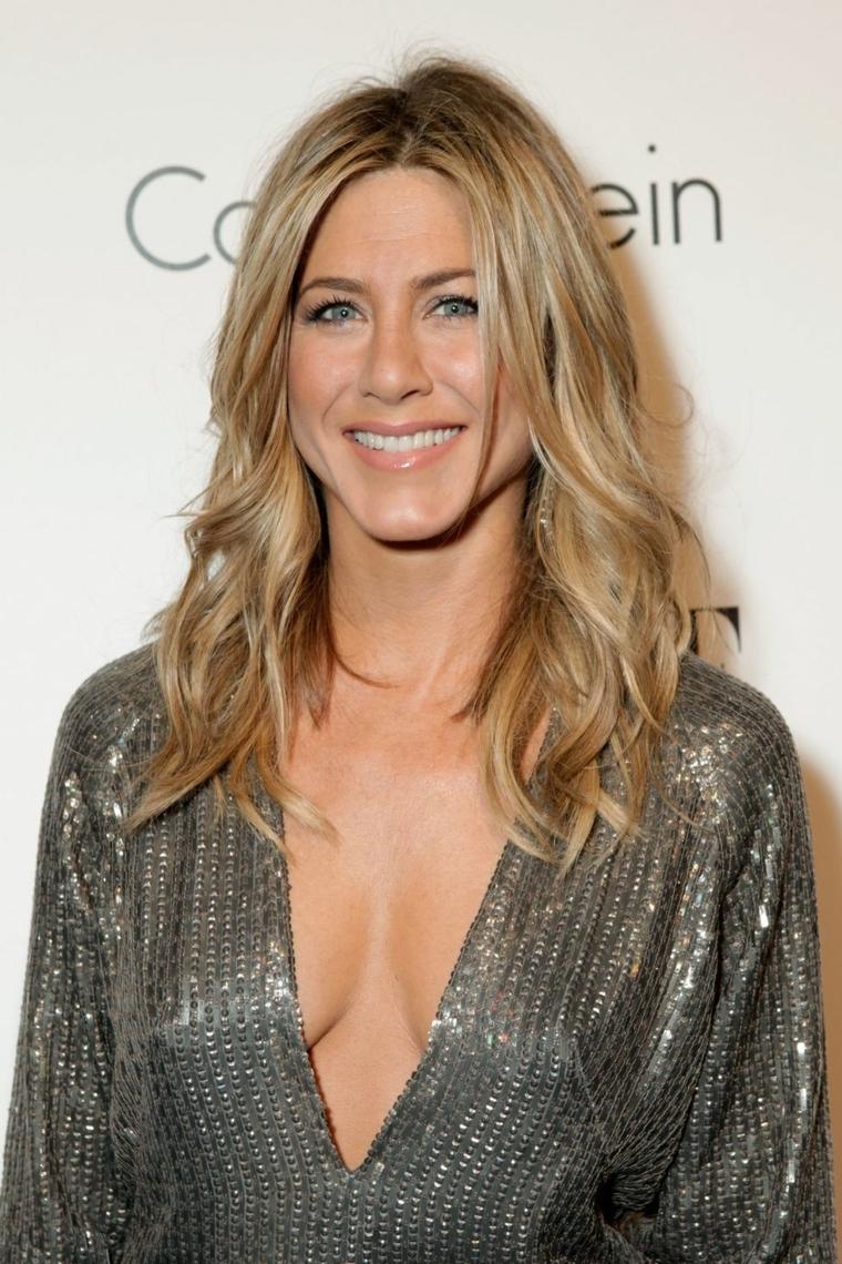 Colore miele per i capelli medi di Jennifer Aniston, mosso effetto spiaggia e un vestito elegante