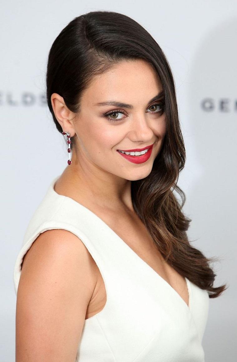 Look elegante per l'attrice americana Mila Kunis, abbigliamento elegante con un vestito di colore bianco
