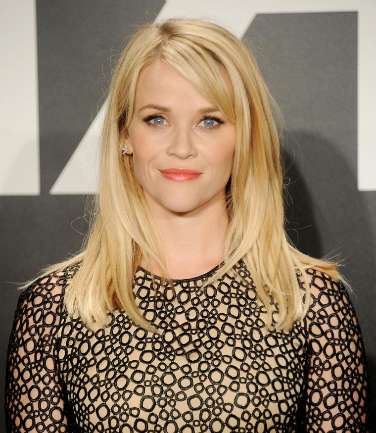 Capelli biondi per Reese Witherspoon, taglio leggermente scalato con riflessi oro e frangia laterale