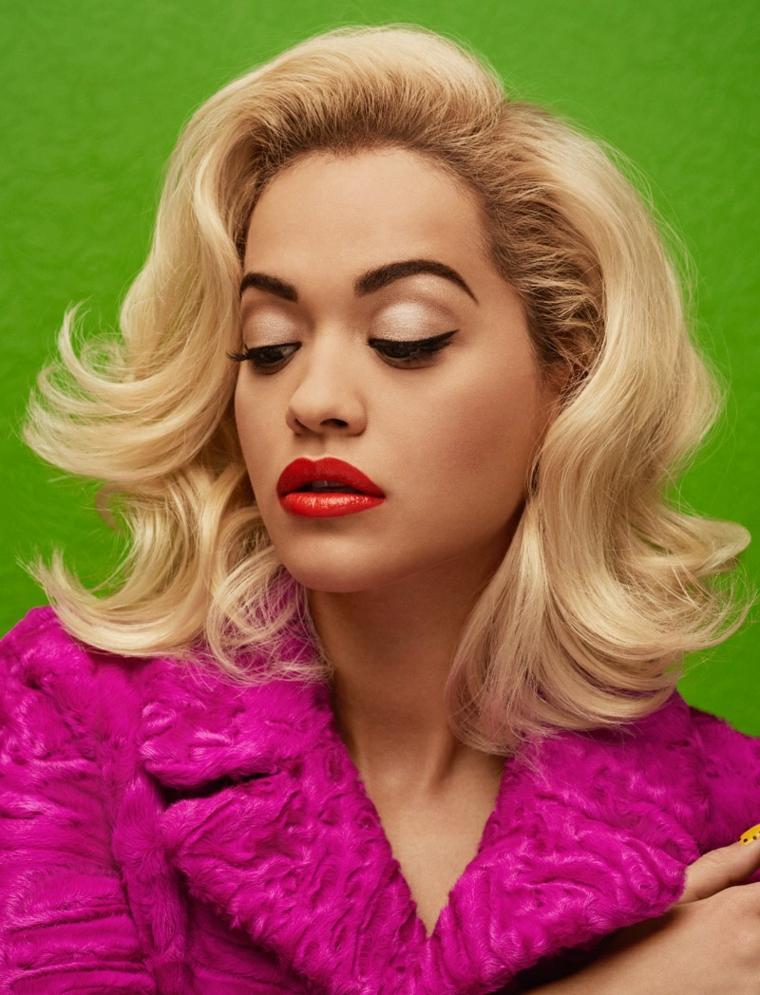 Acconciatura e taglio di capelli stile anni 50 di Rita ora con un colore biondo naturale