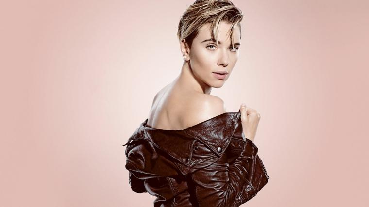 Scarlett Johansson tra le ragazze più belle del mondo, giacca in pelle stile rock