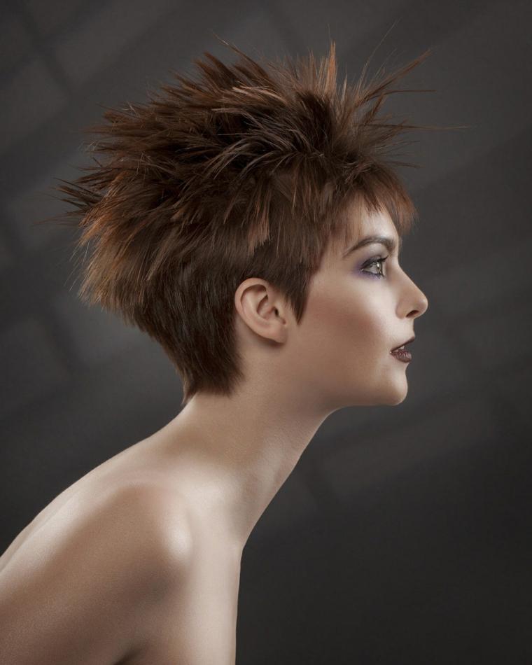 acconciatura capelli corti, proposta di tendenza ispirata al look punk con frangia minimal