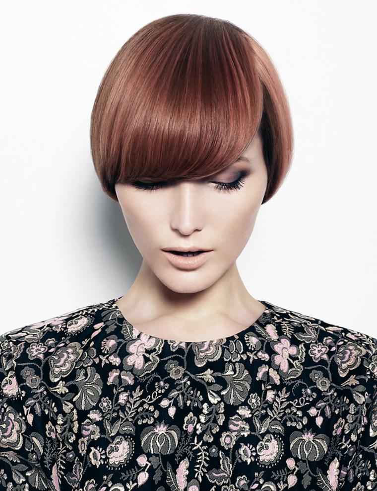 acconciatura per capelli corti, taglio di tendenza con frangia folta e liscia, colorazione ramata con riflessi dorati