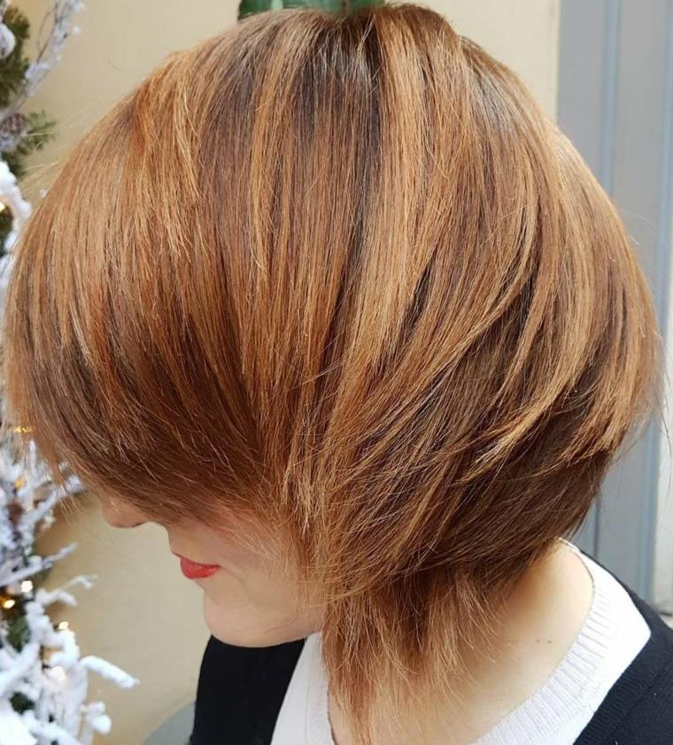 acconciatura capelli corti, una visuale laterale che evidenzia la scalatura di un bob