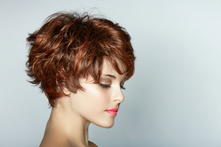 pettinatura capelli corti, idea adatta ai capelli ondulati, con lunghezze diverse, tinta ramata