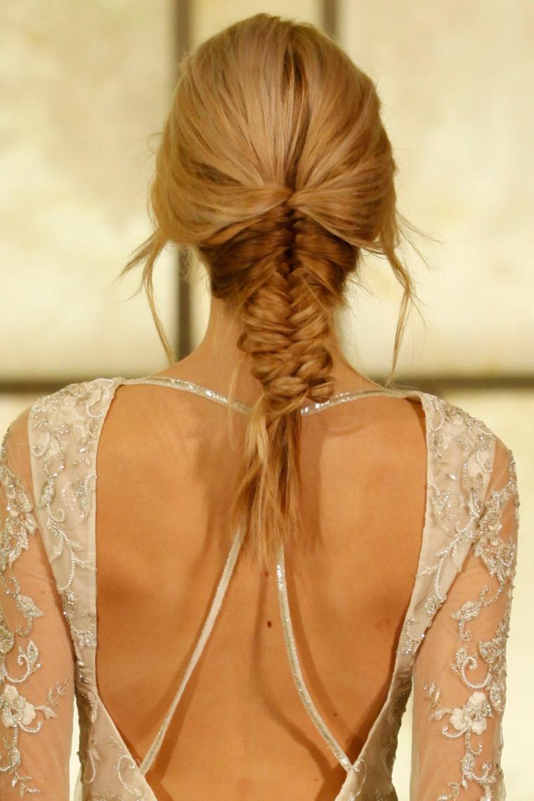 pettinatura ideale per una sposa con abito con schiena scoperta, una treccia originale a spina di pesce