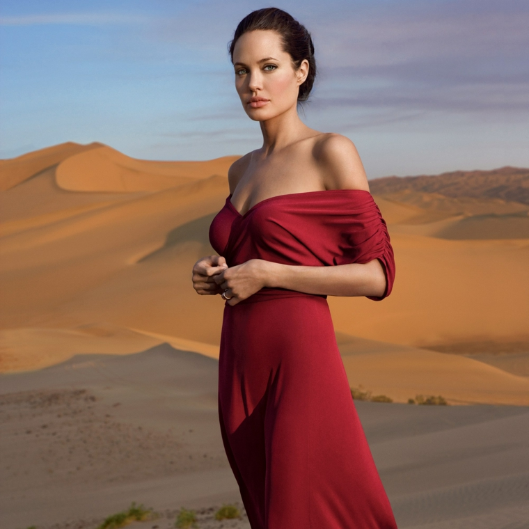 Le donne più belle del mondo, Angelina Jolie con un vestito rosso lungo e capelli raccolti