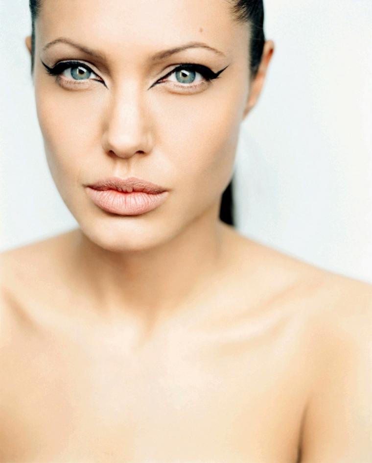 Trucco provocativo con un eye liner nero e labbra carnose, Angelina Jolie tra le donne belle di Hollywood