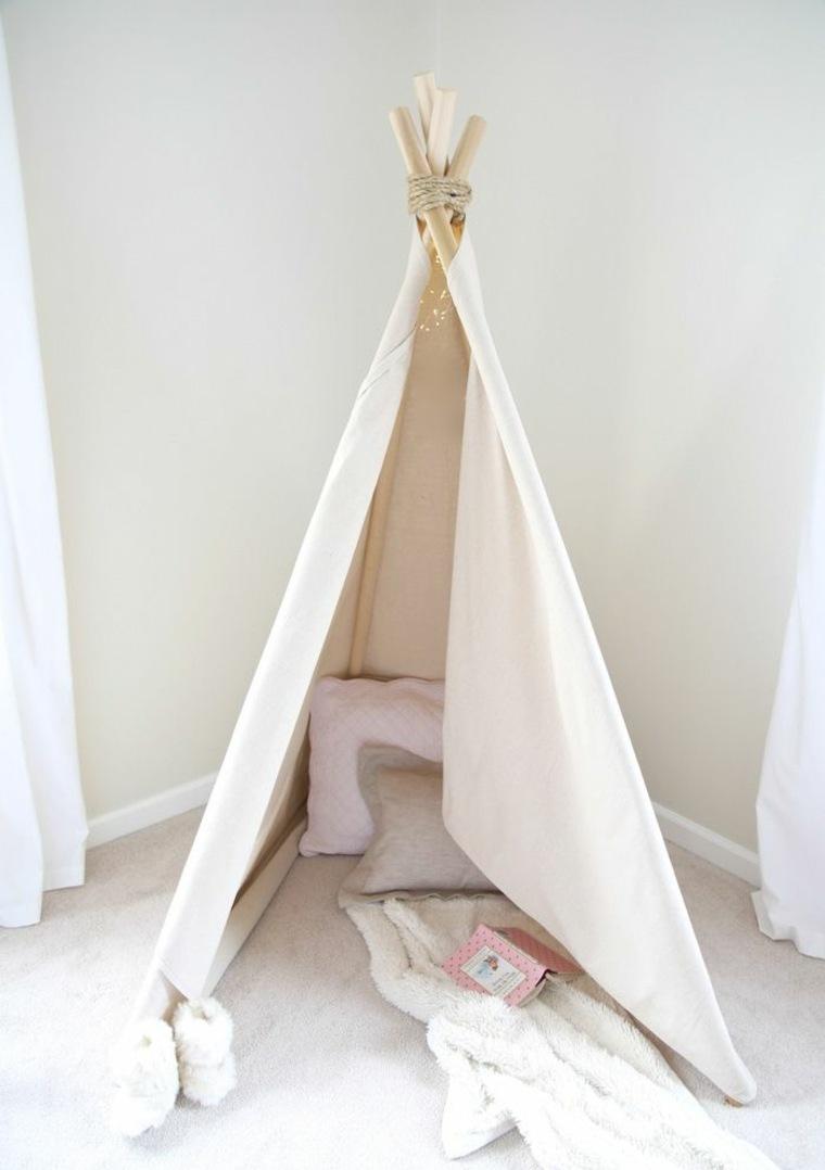 Oggetti fai da te e un'idea per la costruzione di una tenda per bambini, decorata con cuscini e coperte