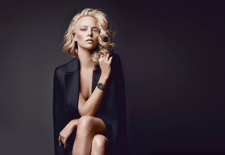 Donne più belle del mondo, l'attrice americana Charlize Theron con un blazer di colore nero nella pubblicità di Dior