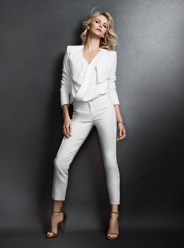 Abbigliamento elegante con pantalone e camicia di colore bianco per Charlize Theron