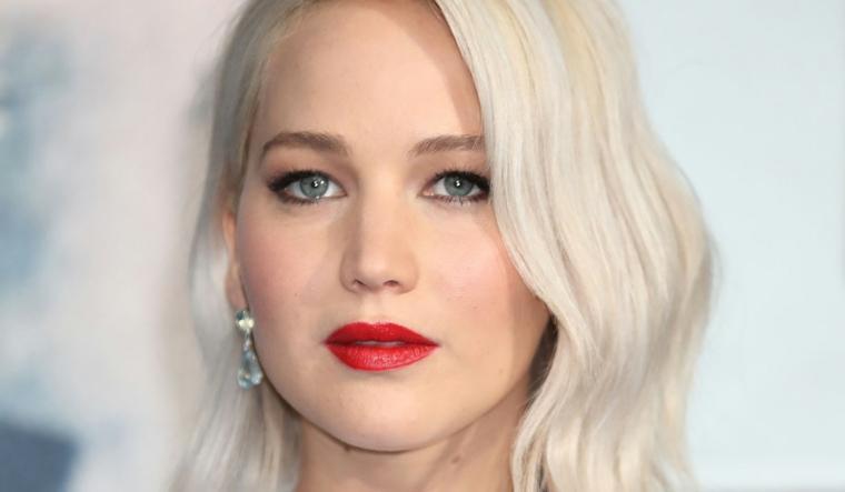 Abbinamento colore dei capelli con il trucco e gli occhi, colore platino e taglio a caschetto per Jennifer Lawrence