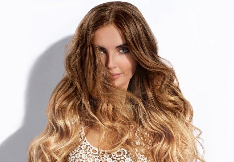 Abbinamento colore capelli a quello degli occhi azzurri, capelli biondo con riflessi miele