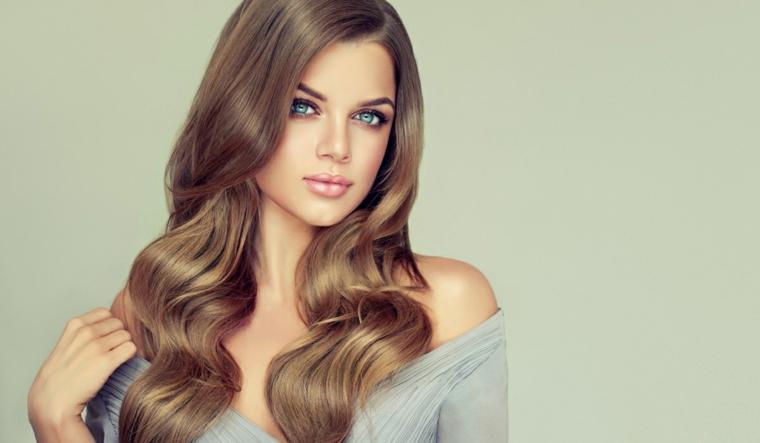 Tinte naturali per capelli, donna con i capelli di colore biondo con sfumature più chiare