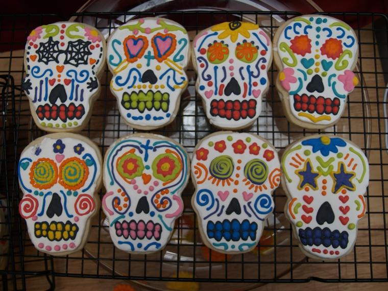dei dolci raffiguranti dei piccoli teschi della tradizione messicana con decorazioni colorate