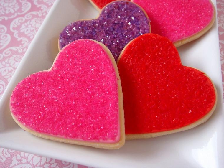 Biscottini a forma di cuore con decorazione colorata e granelli di zucchero
