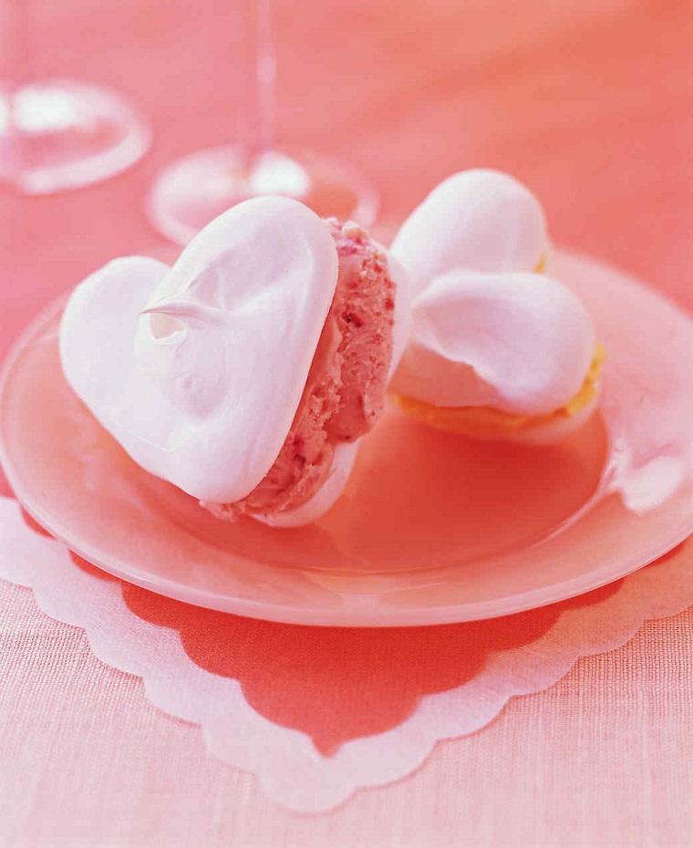 Idea dolci San Valentino facili, biscotti a forma di cuore con meringhe e crema rosa