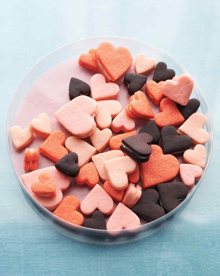 Piccoli biscotti a forma di cuore al cioccolato, colore rosa e nero per piccoli sandwich con ripieno
