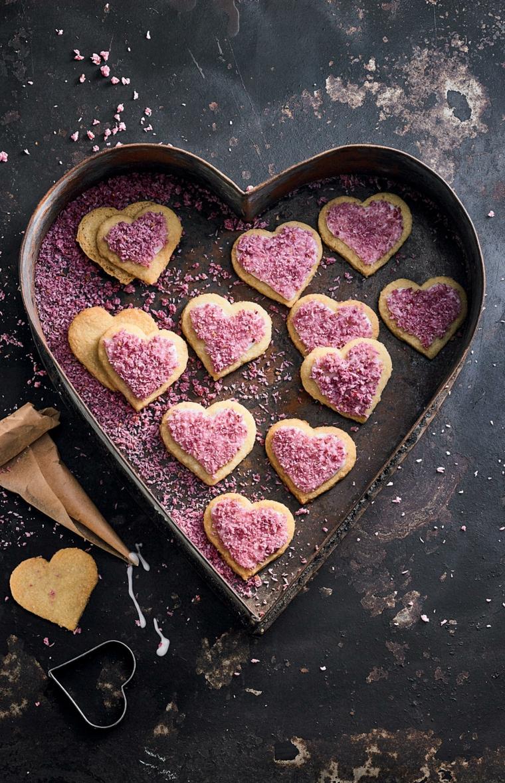 Piccoli biscottini a forma di cuore da un impasto semplice, decorazione con codette rosa
