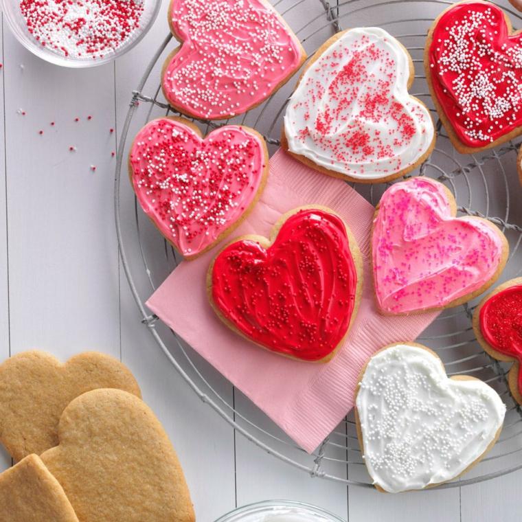 Impasto semplice per biscotti a forma di cuore con decorazione ghiaccia reale colorata