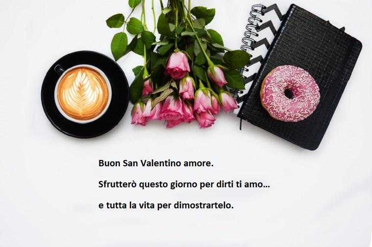 Idea per auguri San Valentino, decorazioni con rose e colazione
