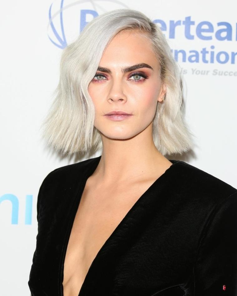 Nuovo taglio di capelli per Cara Delevingne, biondo ghiaccio con un taglio caschetto e riga laterale