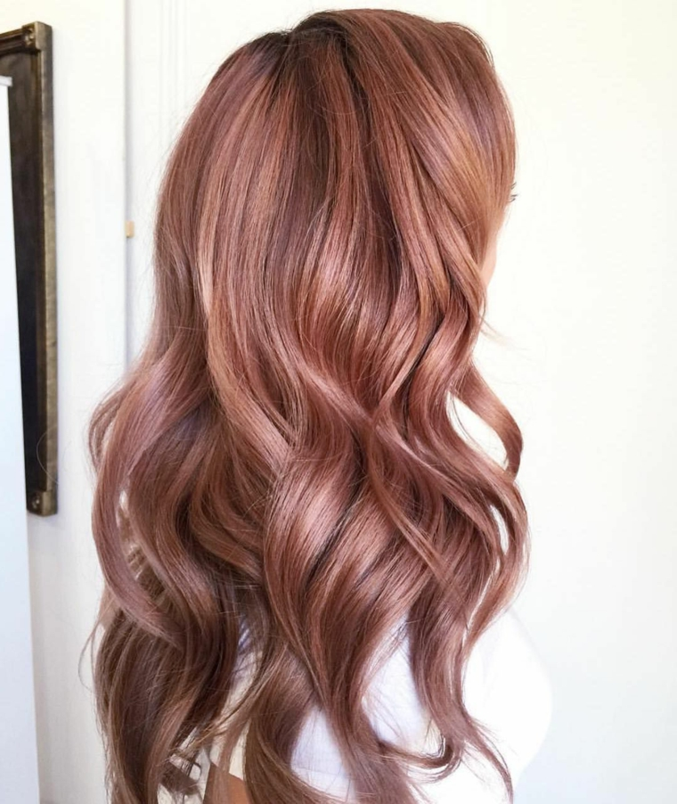 Color chiaro per donna con i capelli molto lunghi, tonalità biondo con riflessi rosa e viola