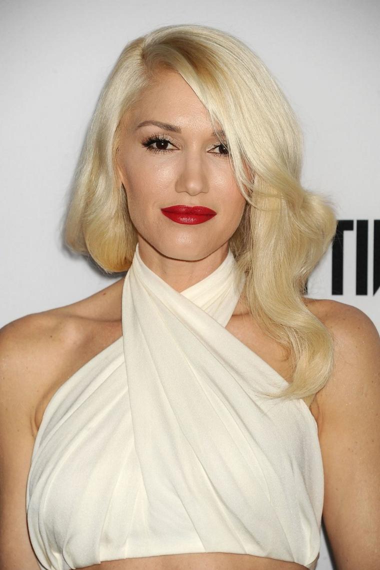 Colorazione capelli biondi platinum in abbinamento alla carnagione chiara e al rossetto rosso