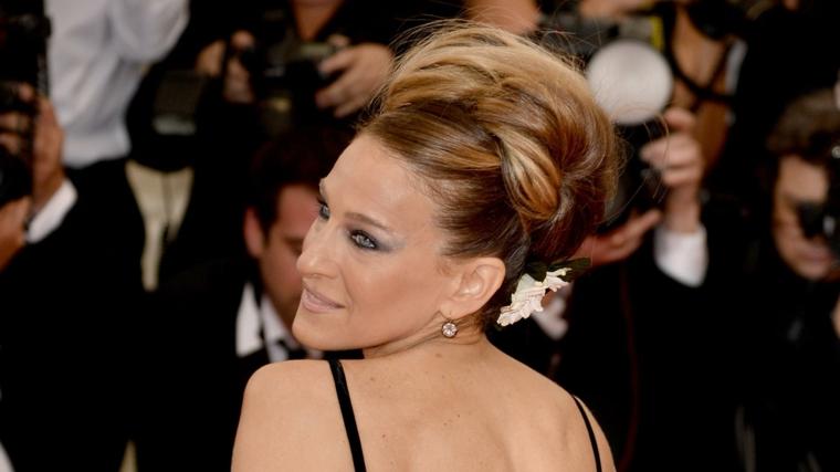 Acconciatura donna elegante con uno chignone grande indietro, tinta colore biondo cenere con riflessi miele