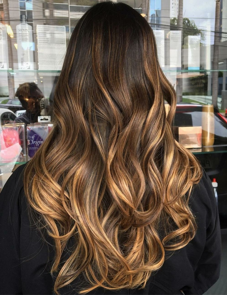 Cambiare colore capelli, idea colorazione con una tinta castano con ciocche color caramello