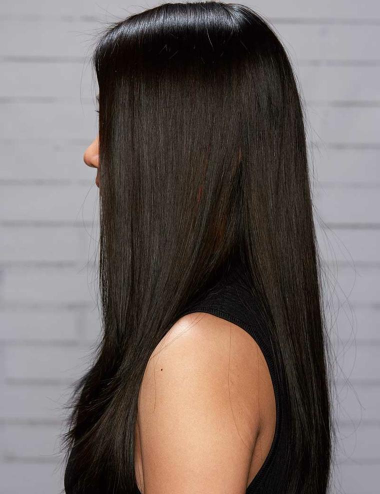 Donna con i capelli lunghi di colore castano intenso, leggera scalatura sulla chioma davanti