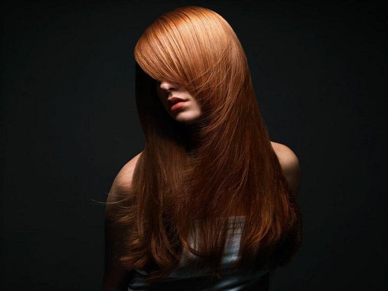 Nuovo taglio di capelli e colorazione di castano con riflessi luminosi e molto chiari