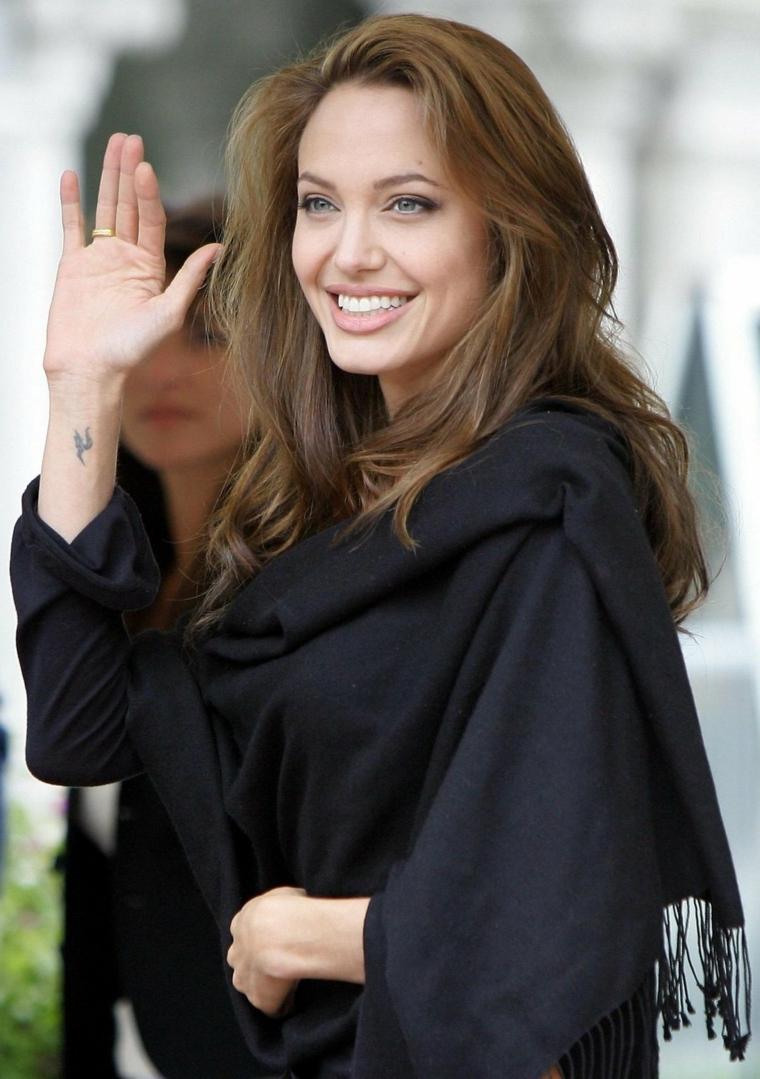 Angelina Jolie tra le ragazze più belle del mondo, vestita in vestiti casual e sciarpa nera