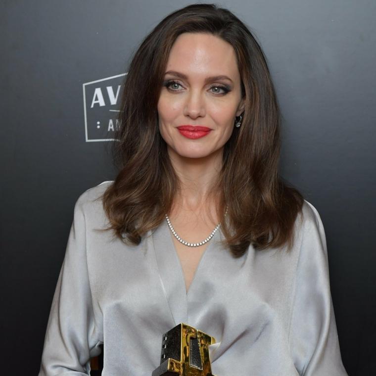 Angelina Jolie alle Film Award del 2017, vestita in modo elegante con una camicia color grigio