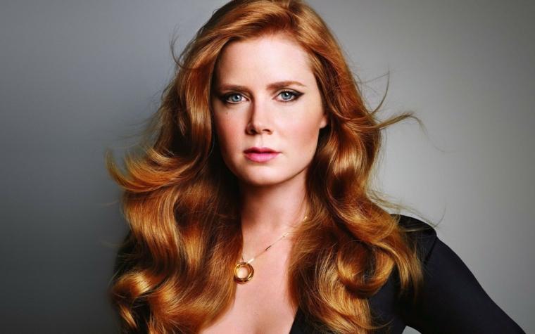 Colore capelli di rosso, tinta luminosa per un taglio lungo e mosso