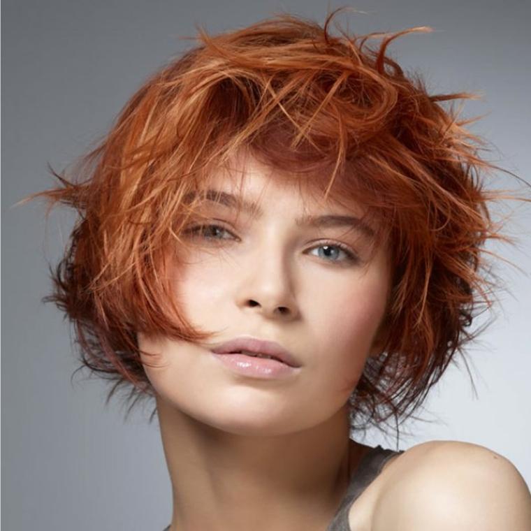 una proposta di taglio scalato per capelli corti e fini in una colorazione ramata