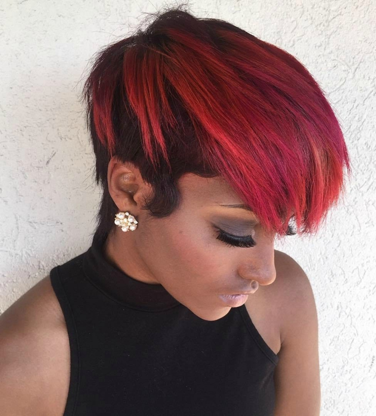acconciatura capelli corti, una proposta di tendenza con ciuffo lungo pettinato in avanti rosso fuoco