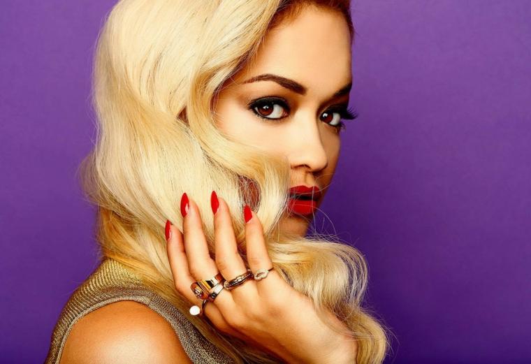 Abbinamento colore capelli biondi di Rita Ora con il rossetto e lo smalto rosso
