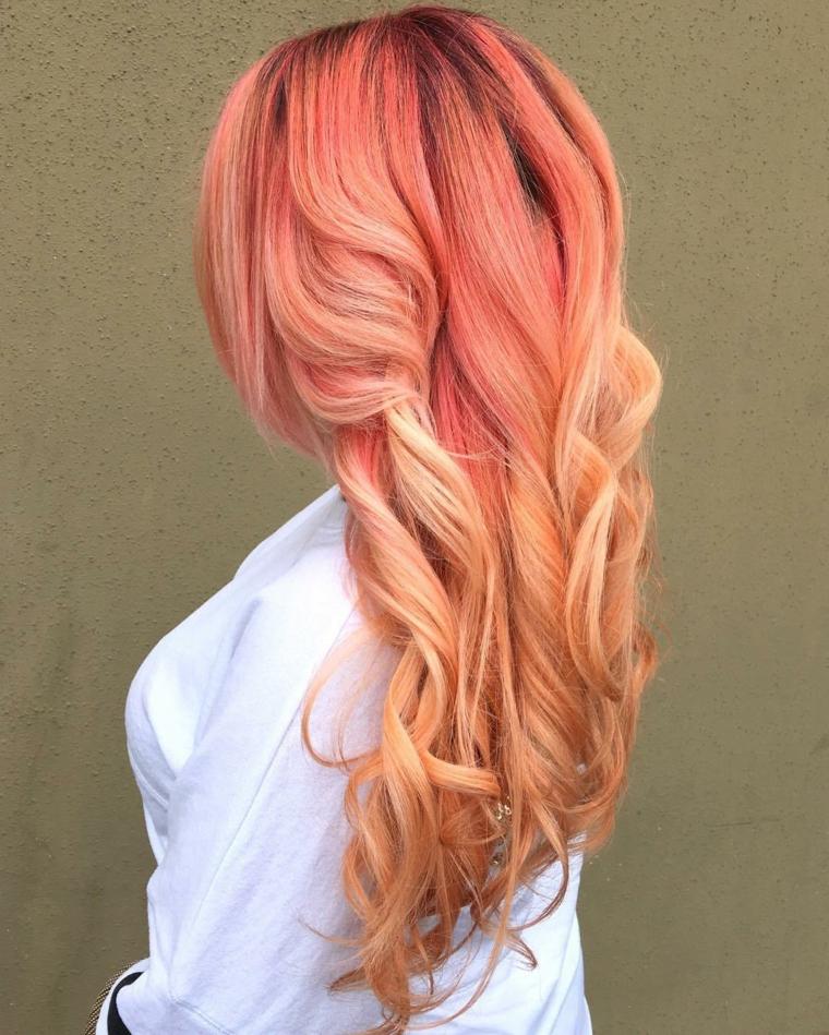 Acconciatura con boccoli, colore capelli bronde con riflessi strawberry per la metà