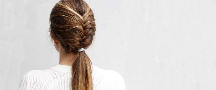 acconciatura per capelli lunghi realizzata con una treccia che finisce in una coda