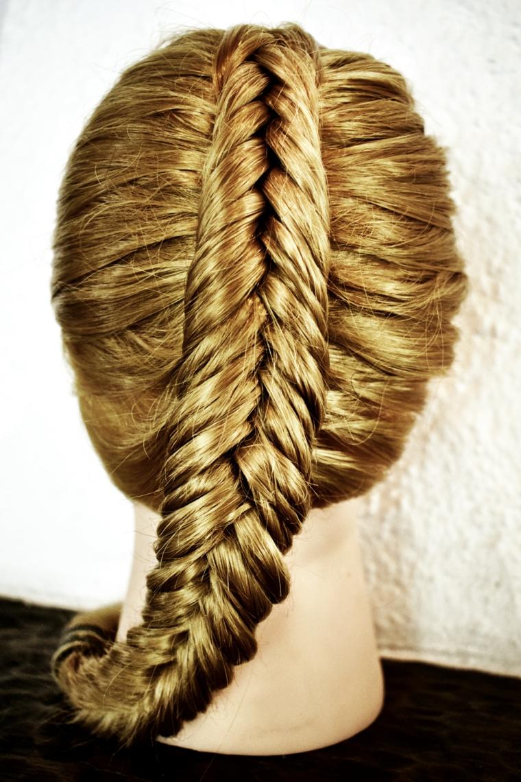 acconciatura ideale per capelli molto lunghi, una treccia alta a lisca di pesce poi riportata a lato