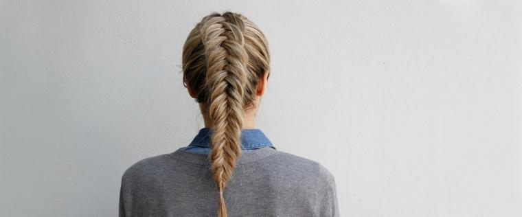 acconciatura per capelli lunghi, una coda di cavallo realizzata con una treccia particolare a spina di pesce