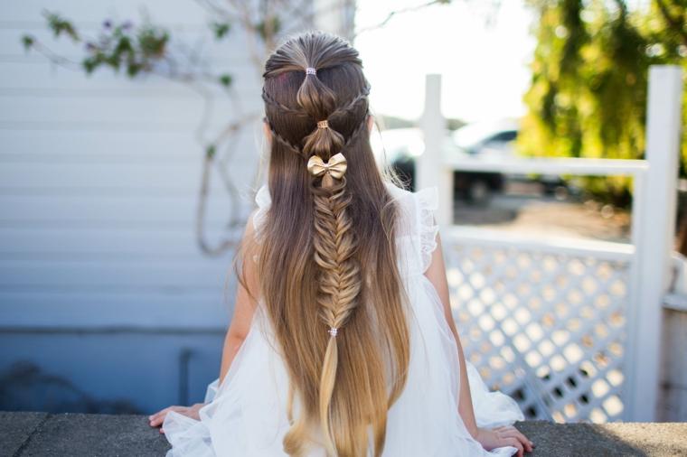 acconciatura bimbe con capelli lunghi, un'immagine di spalle di un semi raccolto con una treccia originale e un fiocco