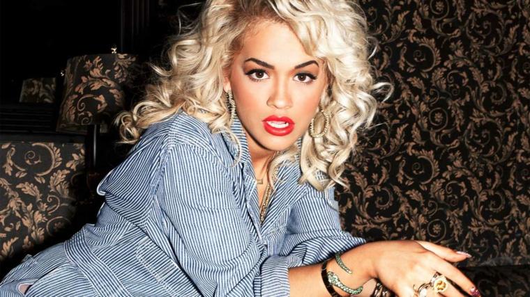 Il biondo platino di Rita Ora, capelli a caschetto con un'acconciatura ricci voluminosi