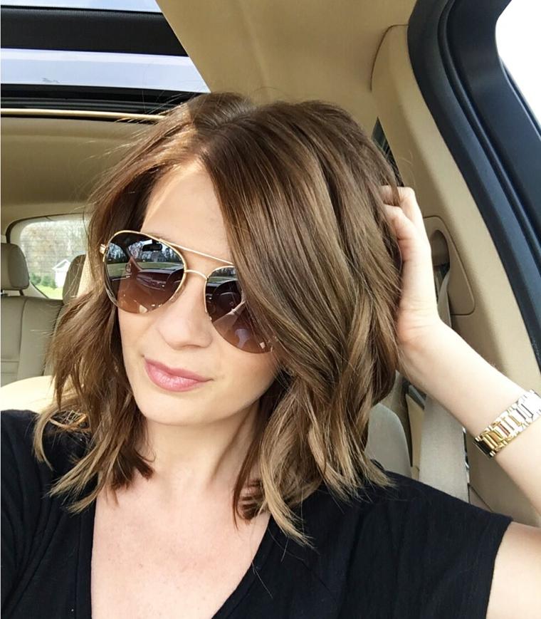 taglio capelli scalati, un esempio di bob con ciuffo a lato e punte più chiare