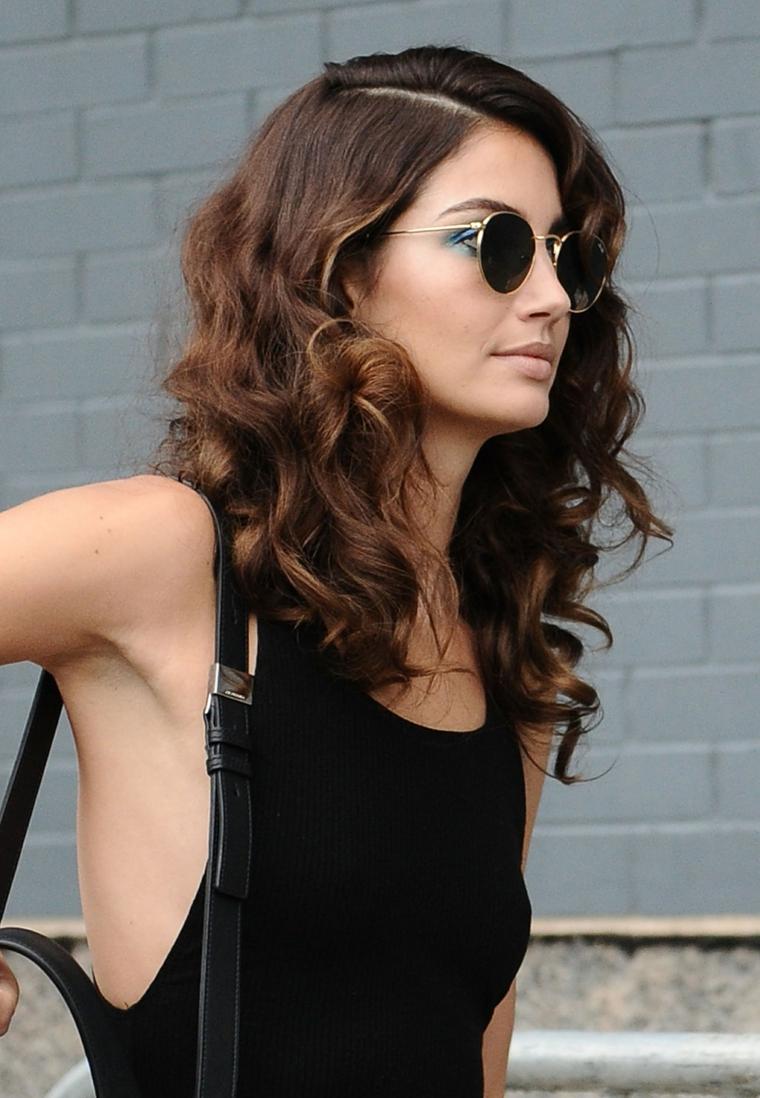 capelli taglio scalato, un'idea di tendenza per capelli di media lunghezza con boccoli e riga a lato