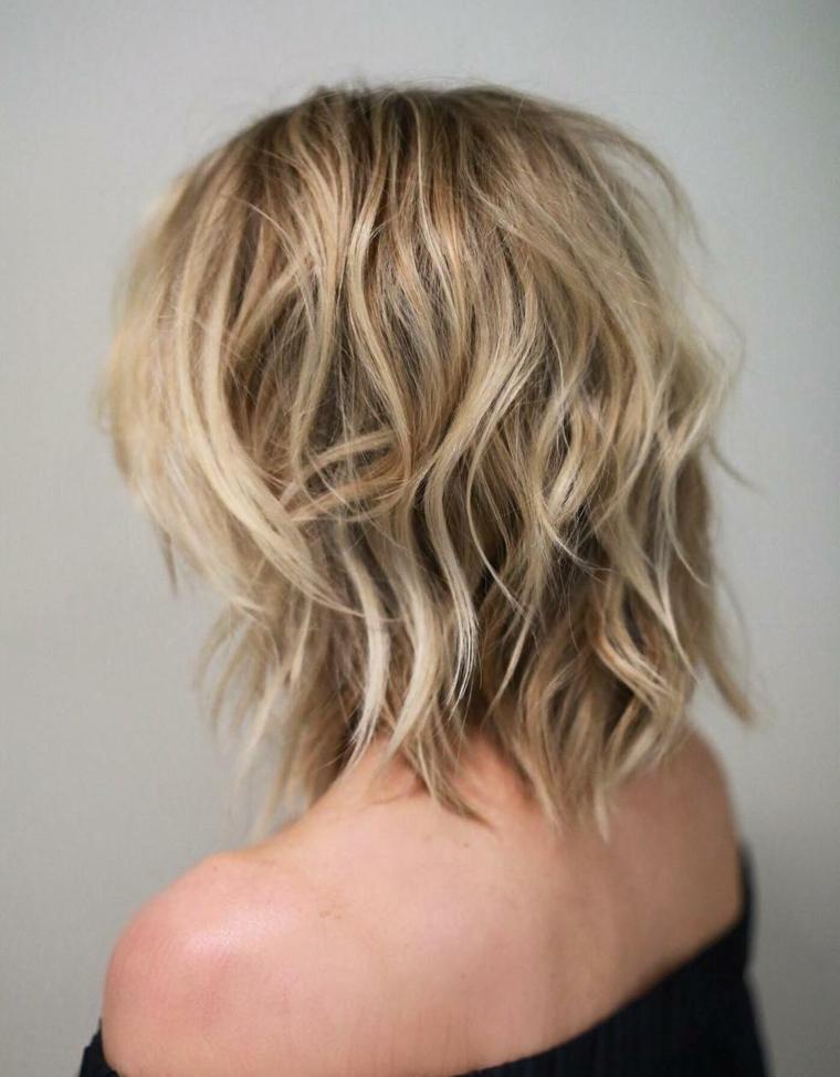 capelli taglio scalato, un'idea di bob con una piega morbida e una tinta bionda