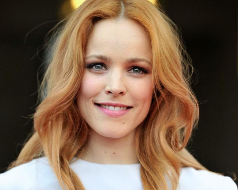 Rachel Mc Adams e i suoi capelli lunghi e mossi, colore con una base bionda e chiome riflessi fragola