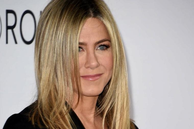 Base biondo cenere con sottili meches luminose e radici scure, Jennifer Aniston attrice di Friends